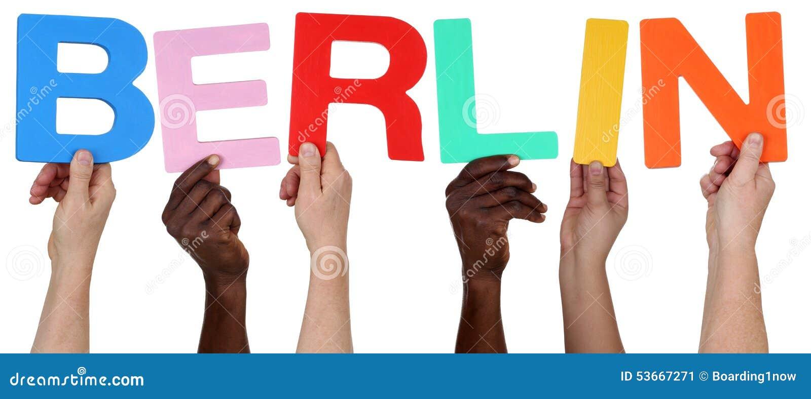 Multi grupo de pessoas étnico que guarda a palavra Berlim