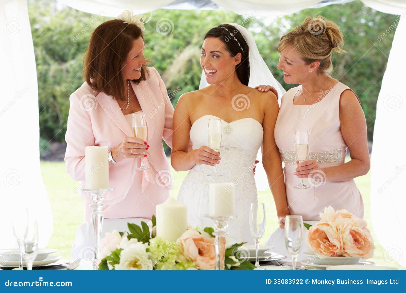 Multi mulheres da geração no casamento