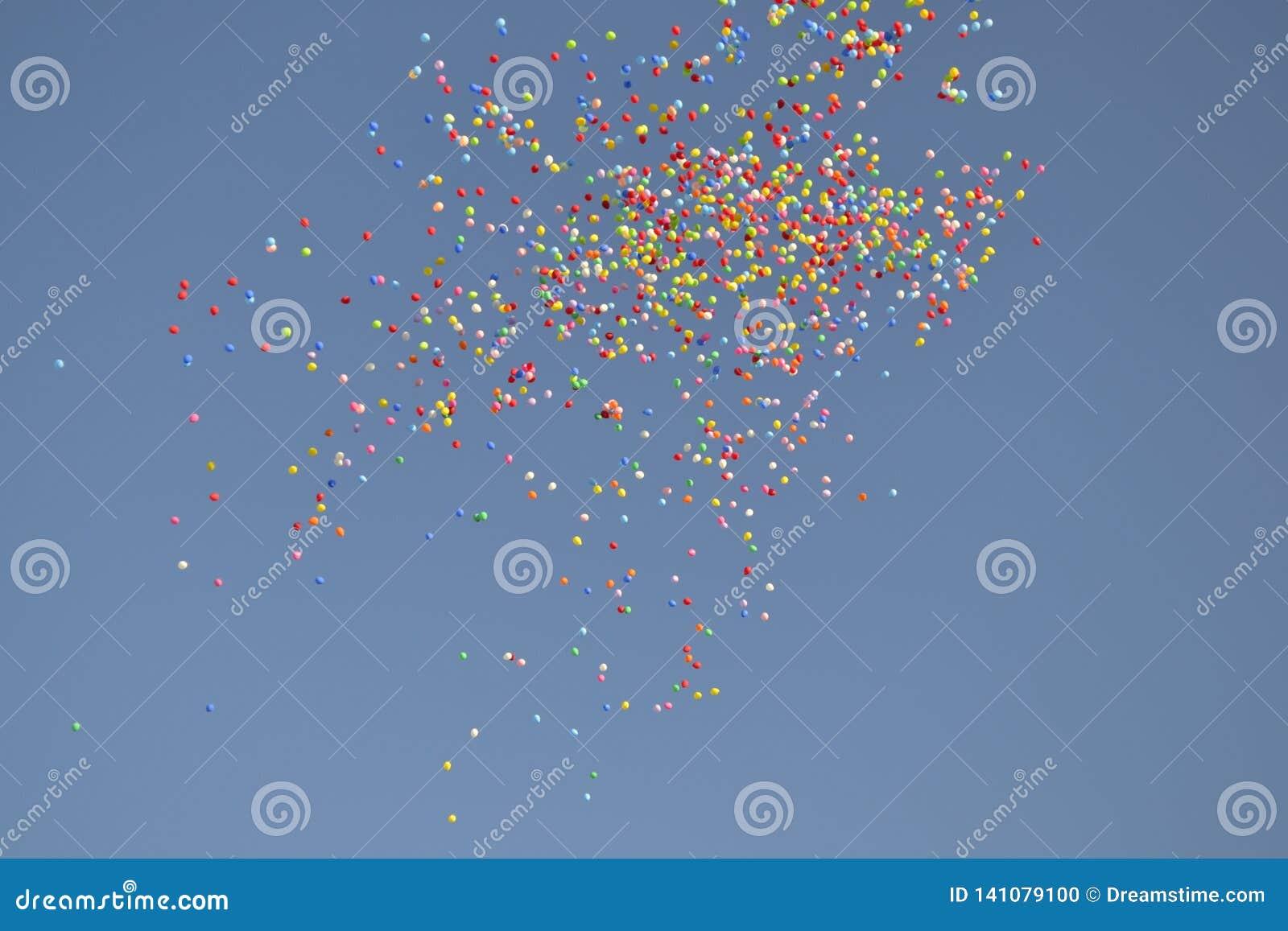 Multicolored Ballons in de blauwe hemel