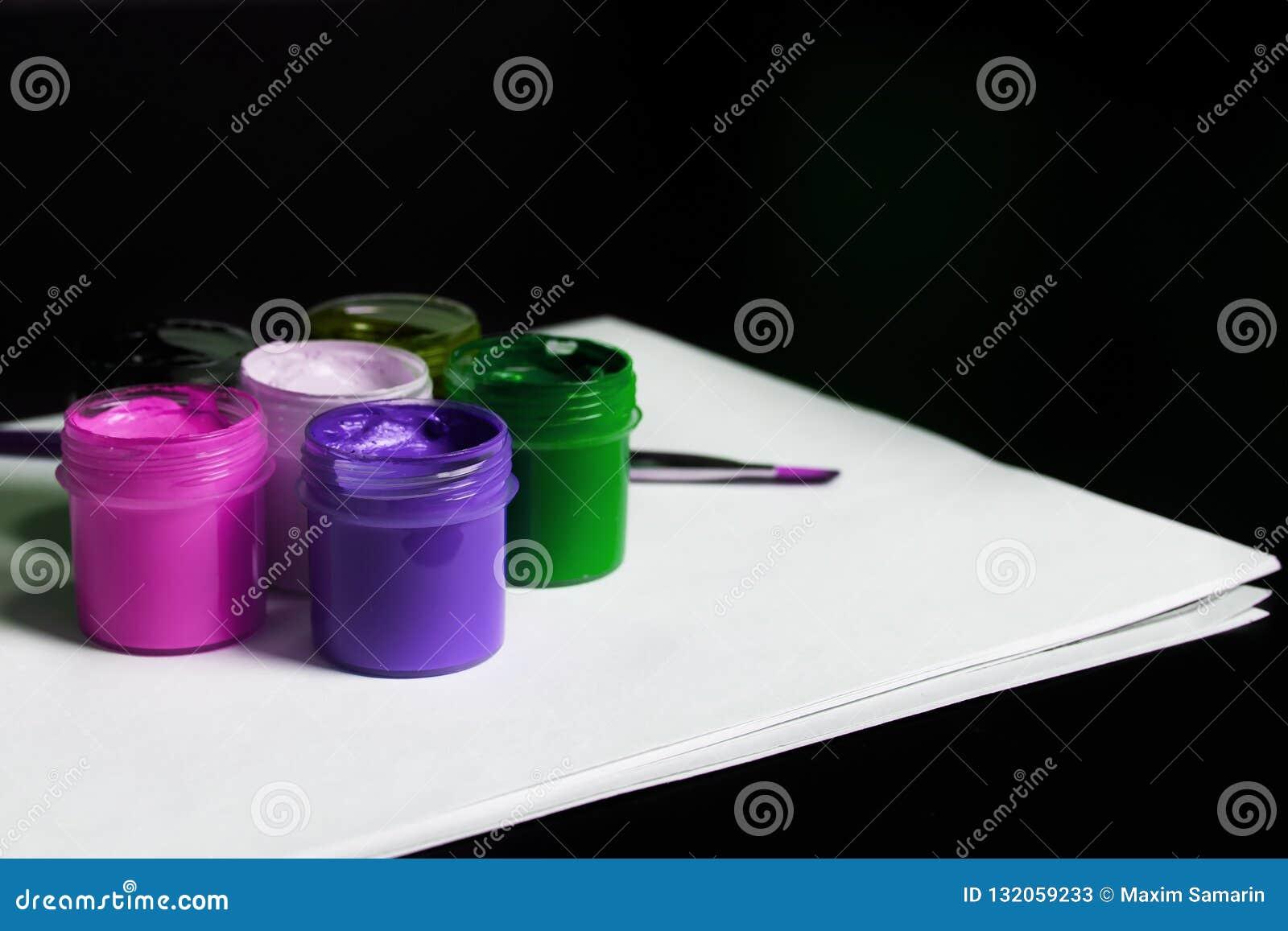 Multicolored blikken gouache met Penseel