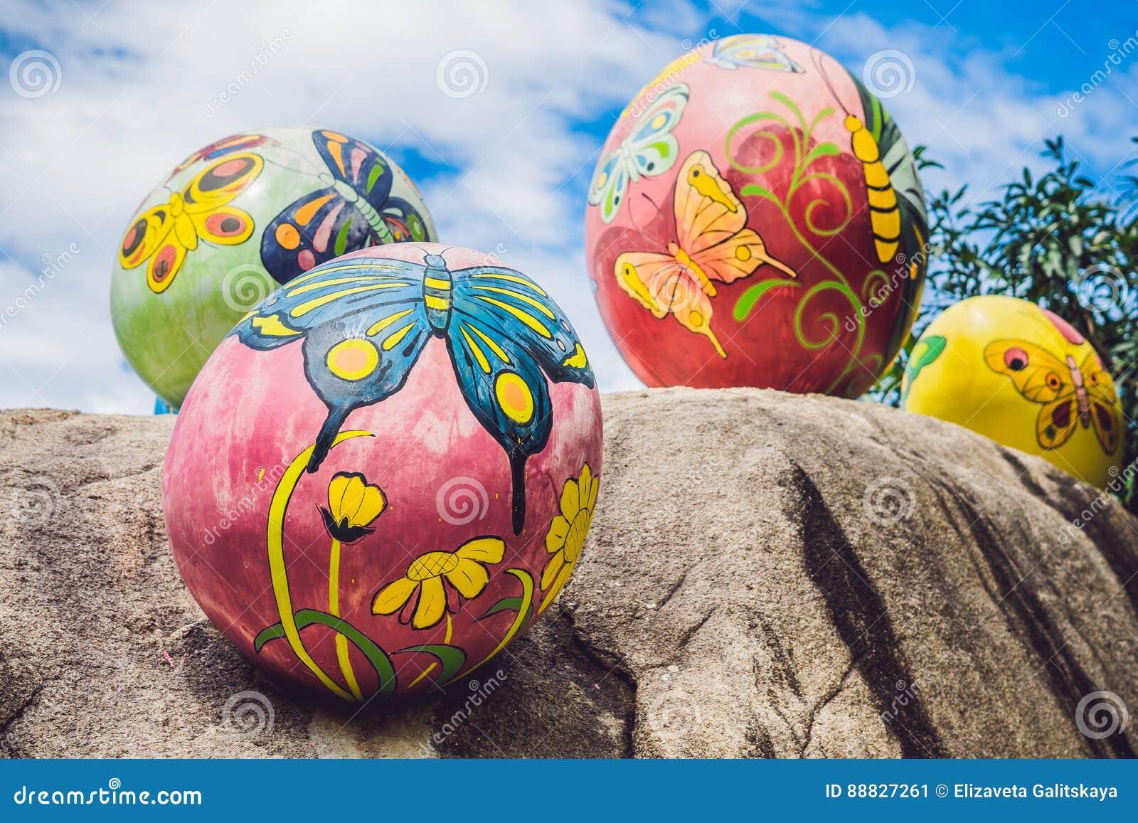 Multicolored eieren in het gras Paaseierenjacht, in openlucht Het vieren Pasen vakantie