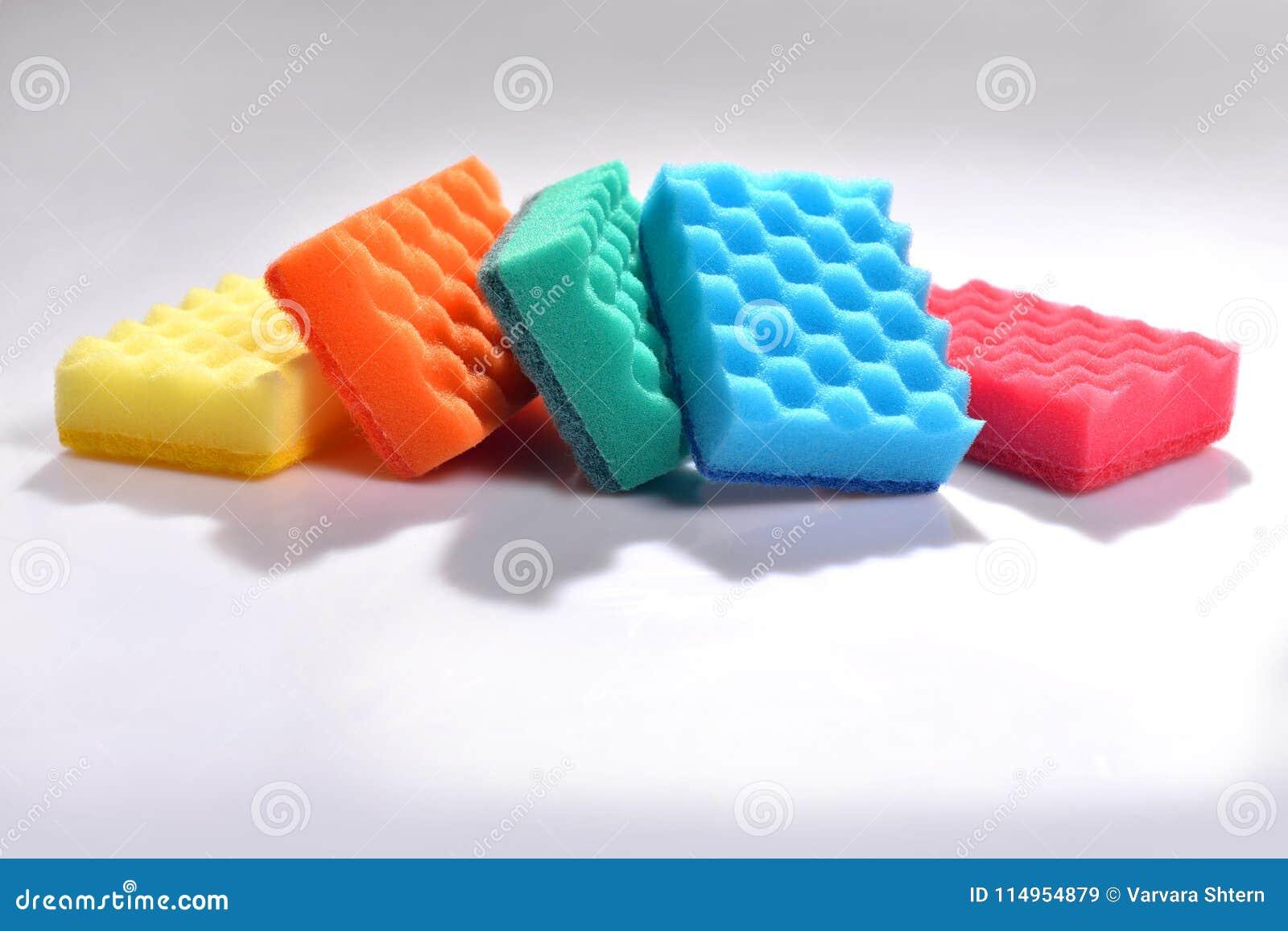 Multicolored sponsen voor wasschotels op witte achtergrond