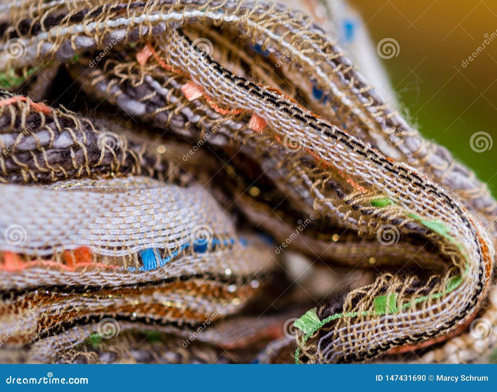 Multicolored textiel met bruine tonen en kleurrijke accenten en rijke textuur
