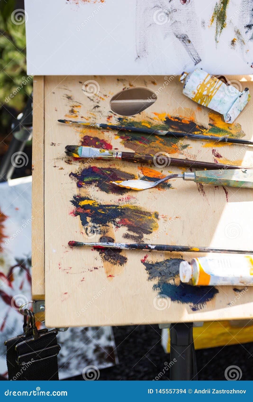 Multicolored verven en borstels voor tekening, de werkplaats van de kunstenaar
