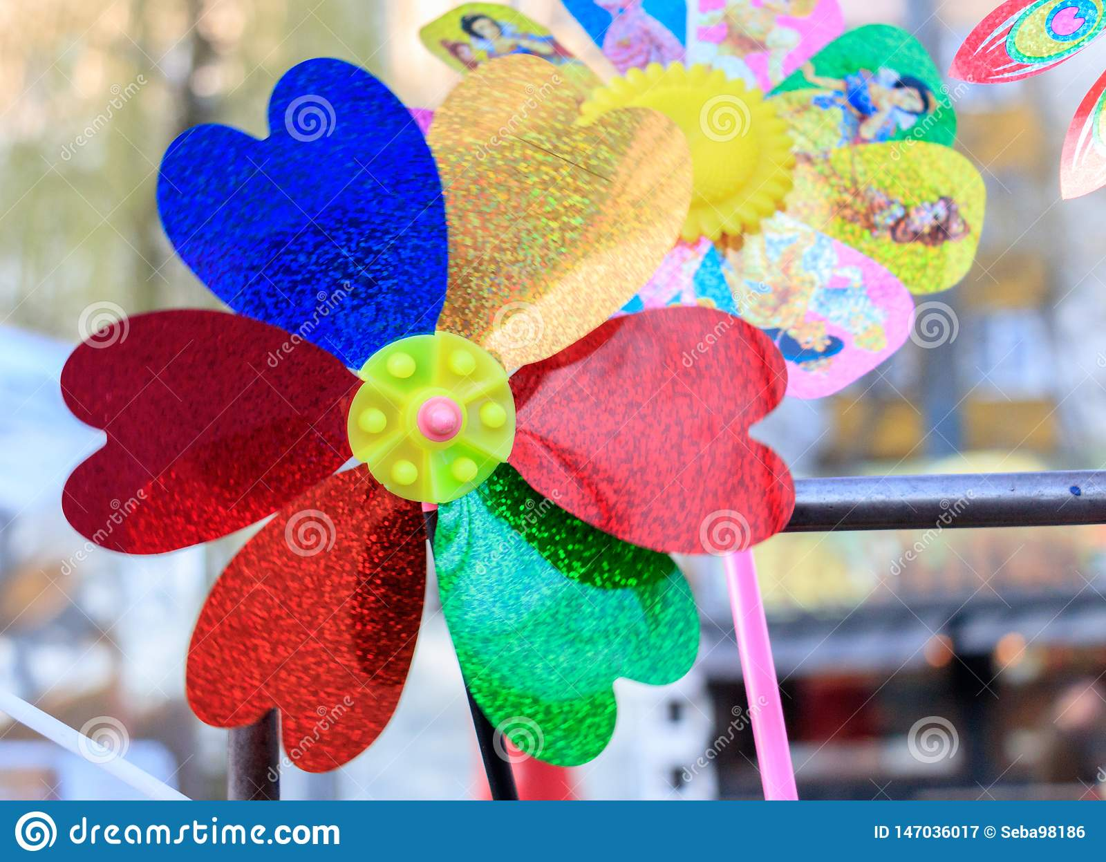 Multicolored vuurradstuk speelgoed met bloem op strand