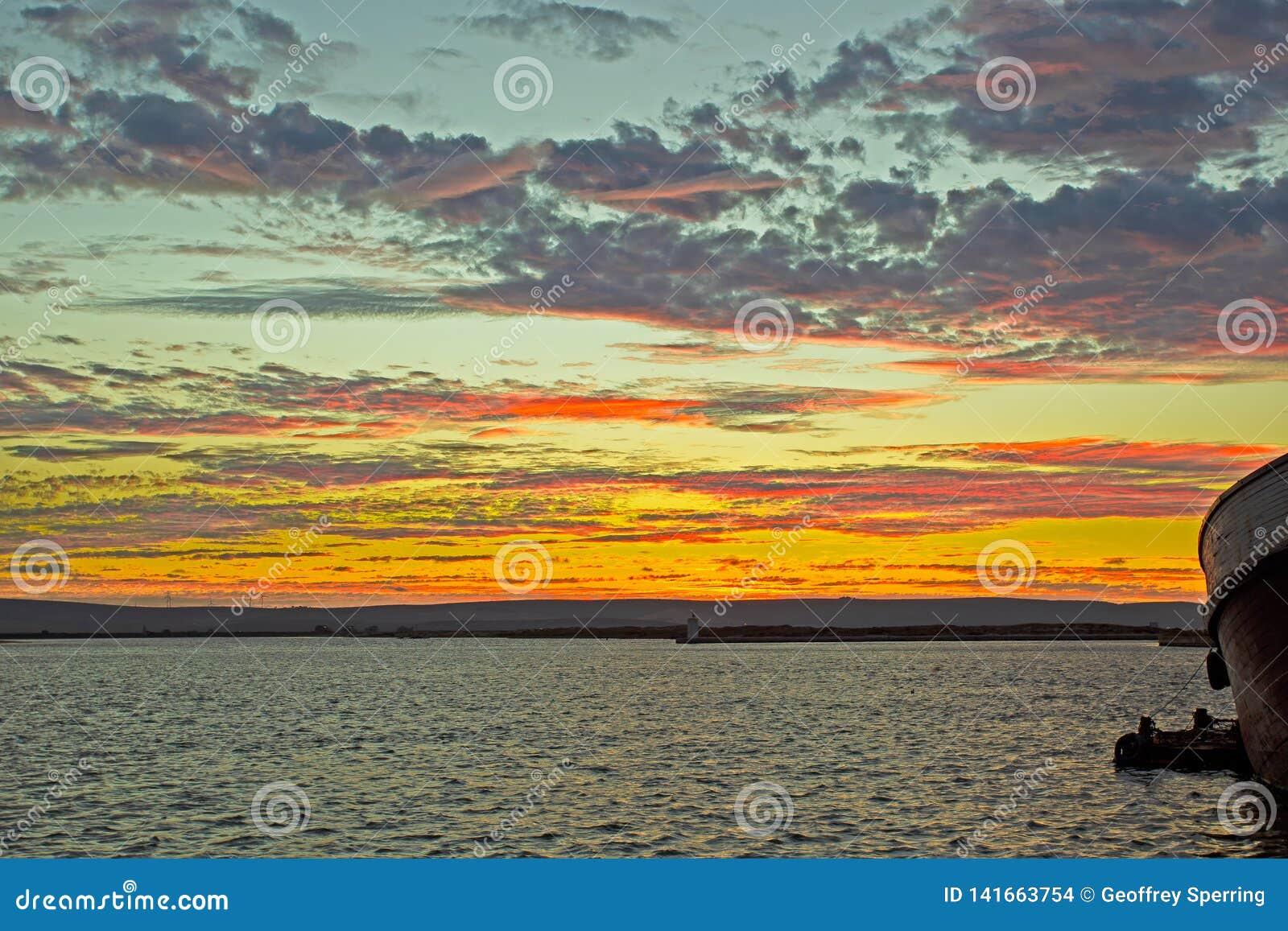 Multicoloured zonsondergang in de visserij van haven