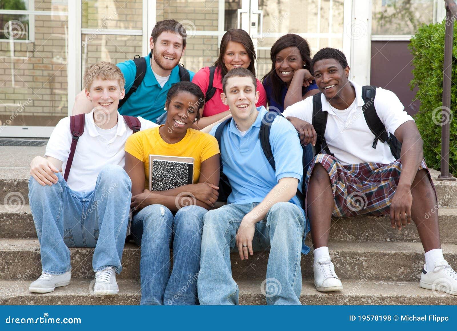 Multiculturele Studenten buiten op campus