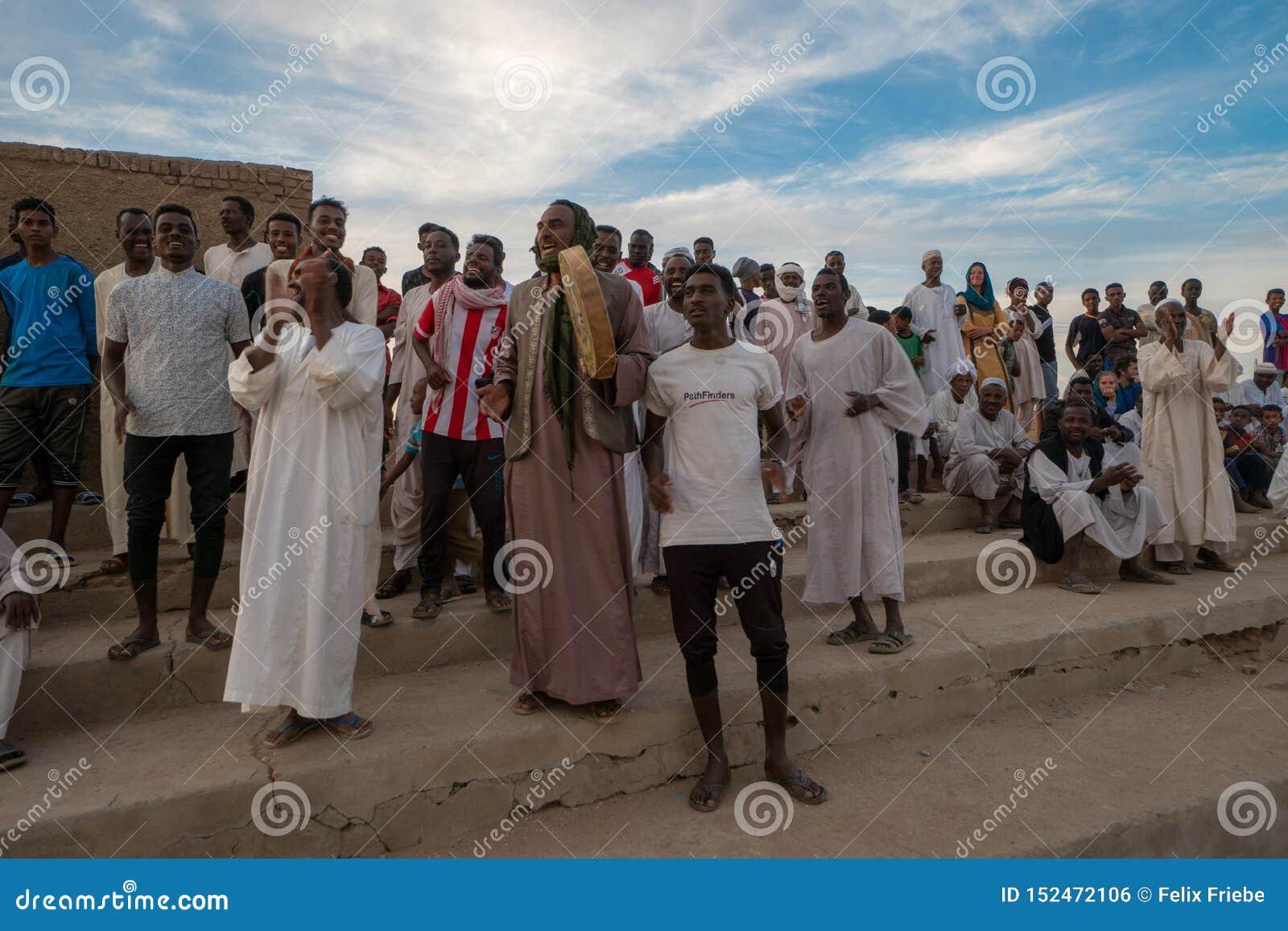 Multidão Cheering em um fósforo de futebol em Abri, Sudão - em novembro de 2018