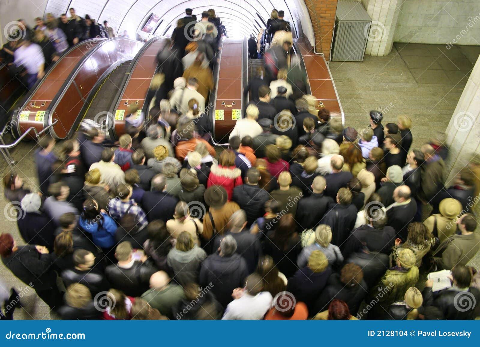 Multidão da escada rolante