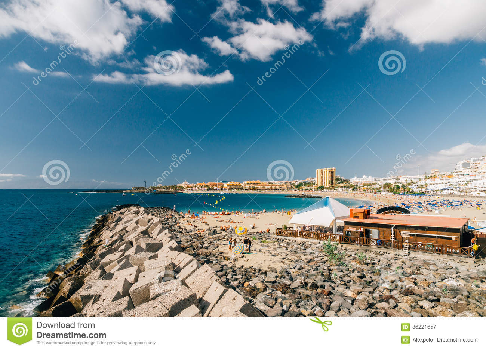 Multidão de turistas na praia de Playa de Las Vista