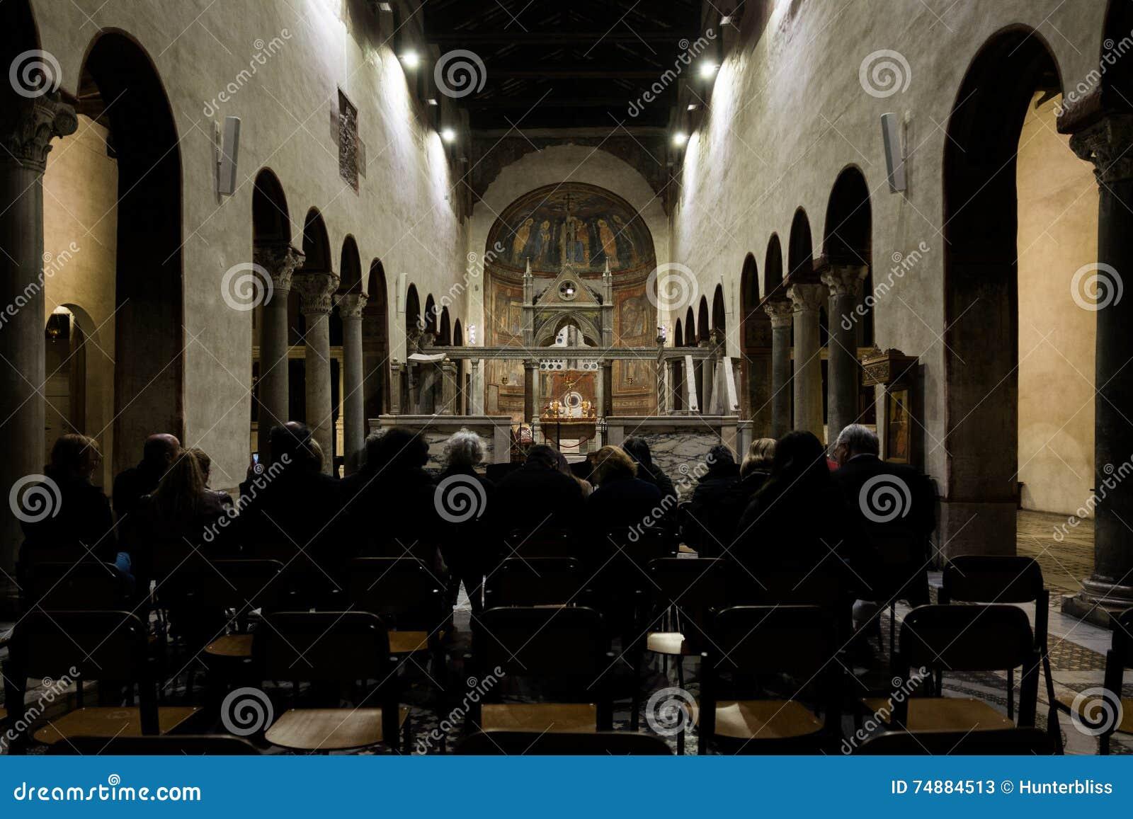 Multidão do concerto em Basiilica Santa Maria na igreja de Cosmedin, Roma Itália