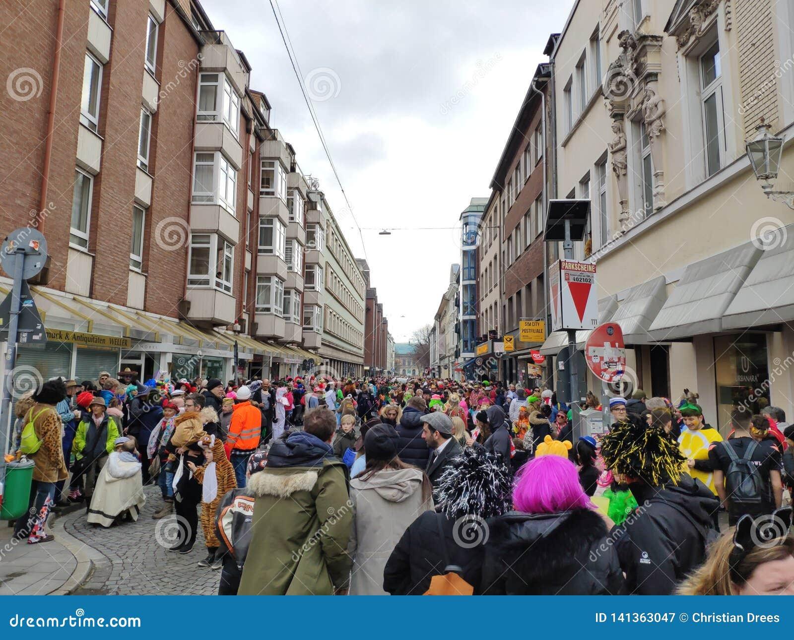 A multidão está preparando-se para o carnaval da rua