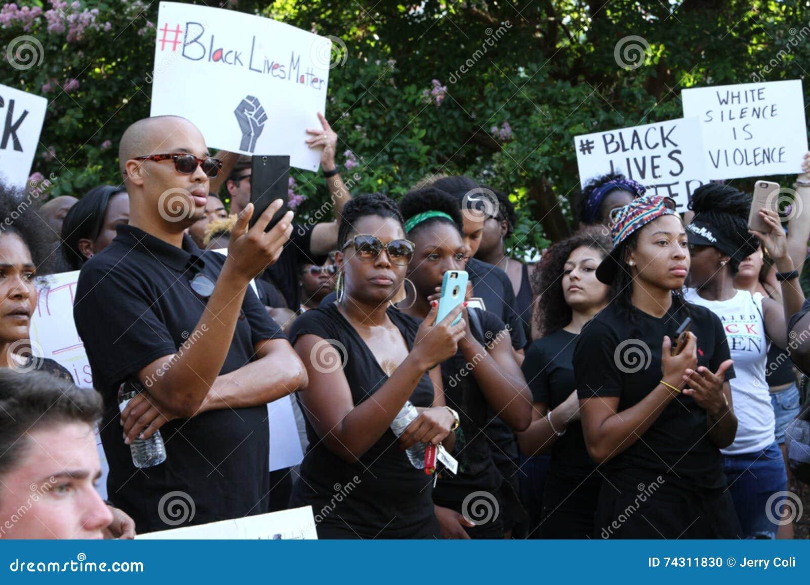 Multidão no protesto preto da matéria das vidas