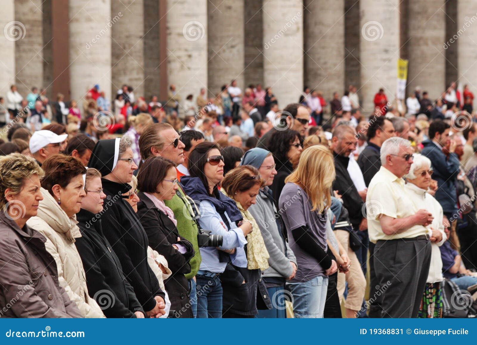 Multidão no quadrado do st peter