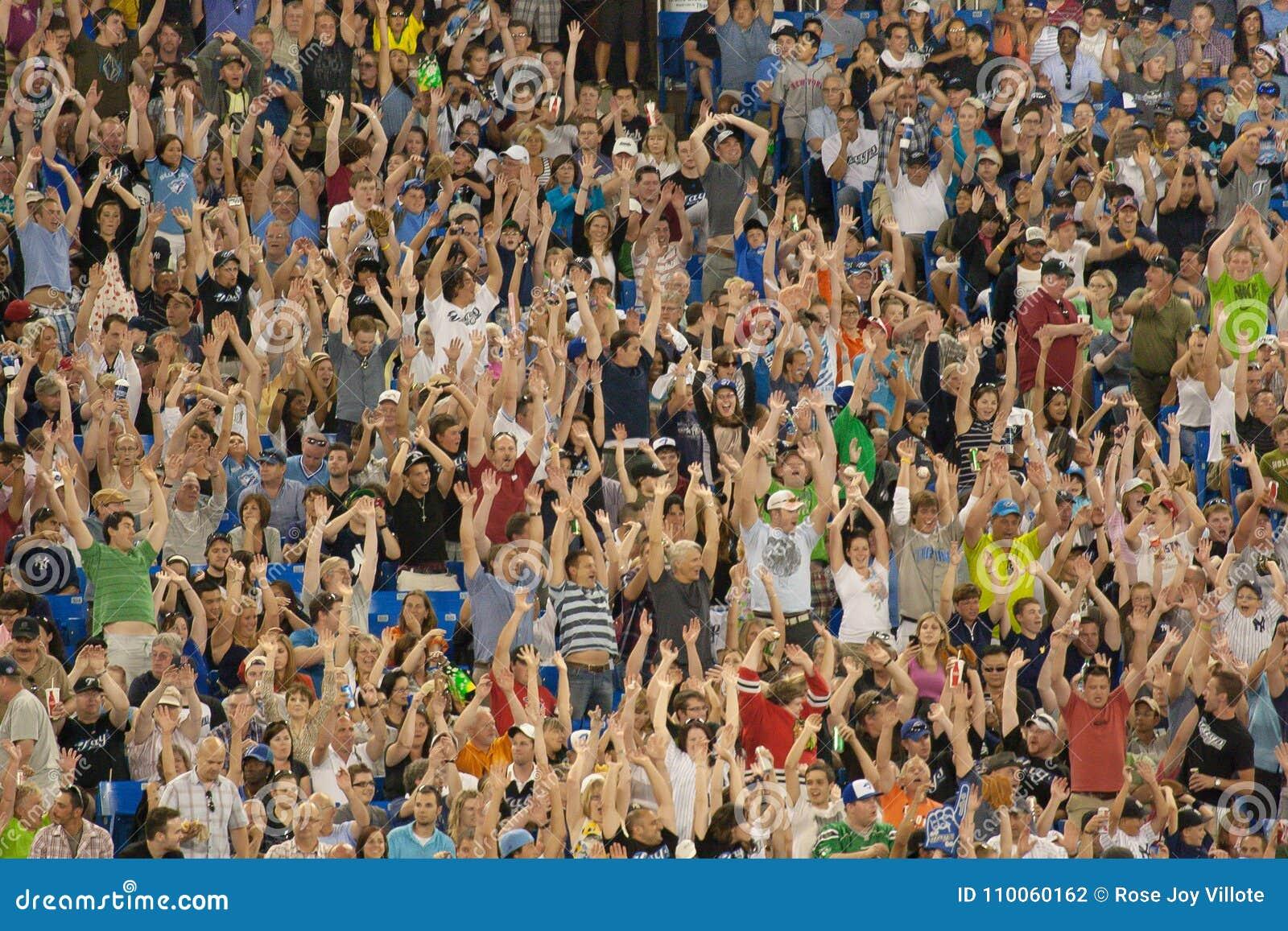 Multidão que Cheering em um evento