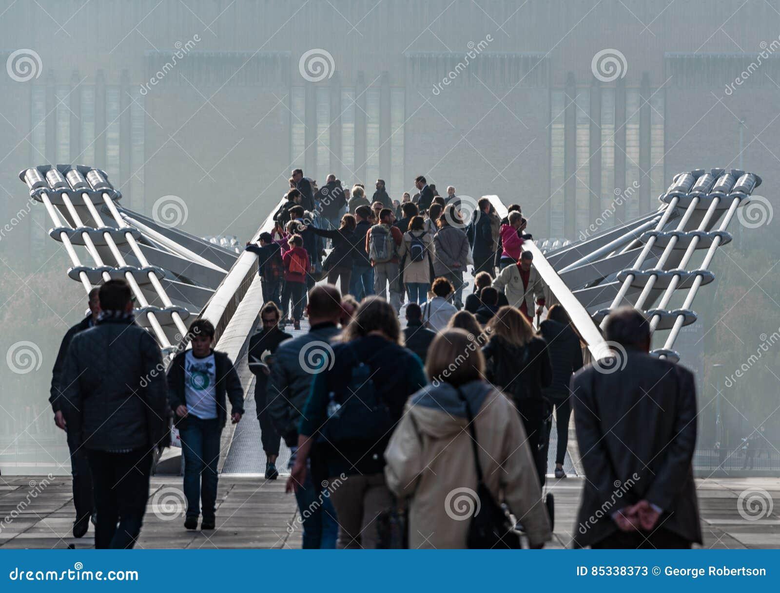 Multidões na ponte do milênio, Londres