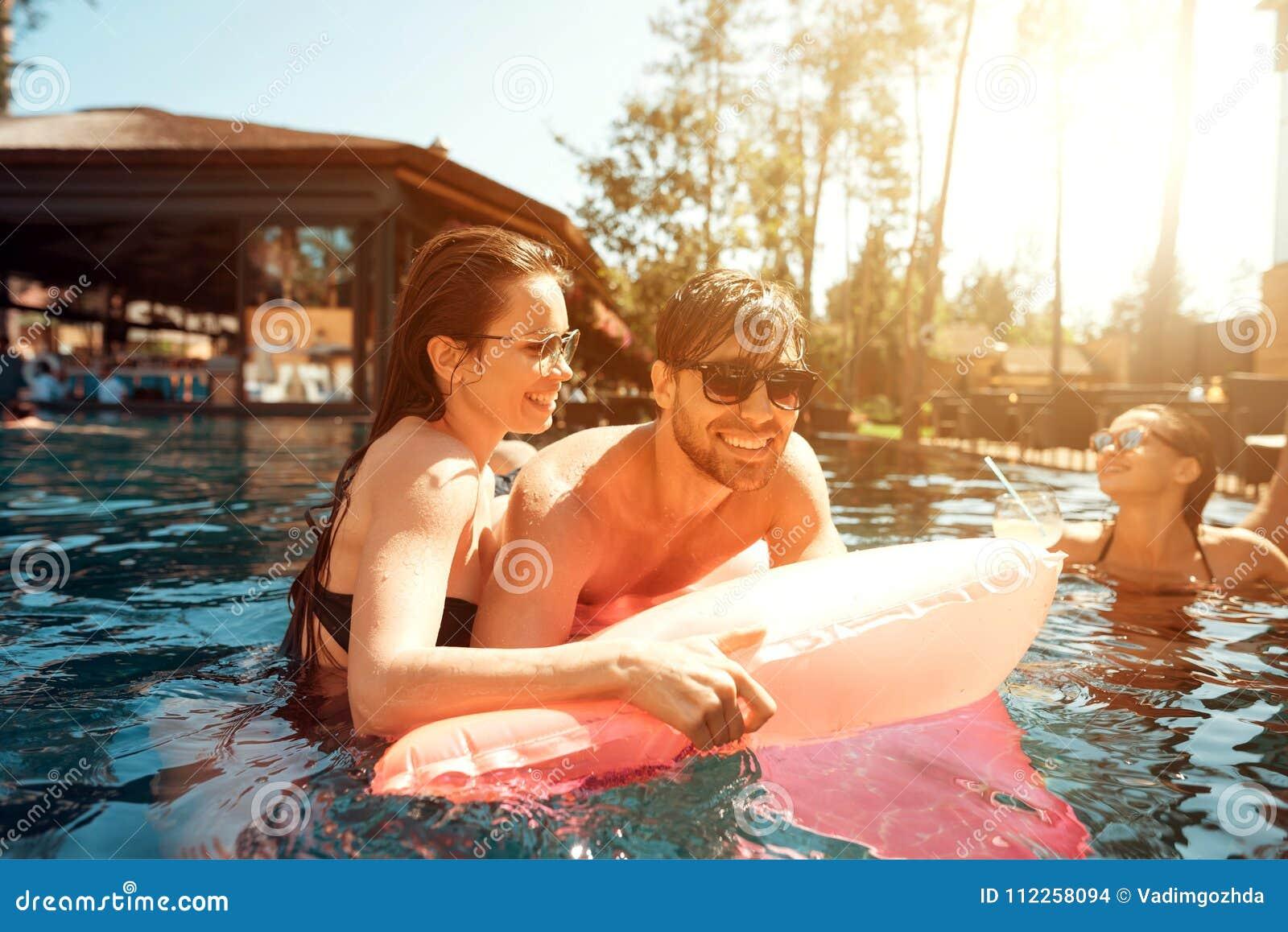 Multiethnische Firma von Freunden im Swimmingpool Firma von jungen Leuten verbringen Wochenende im Pool