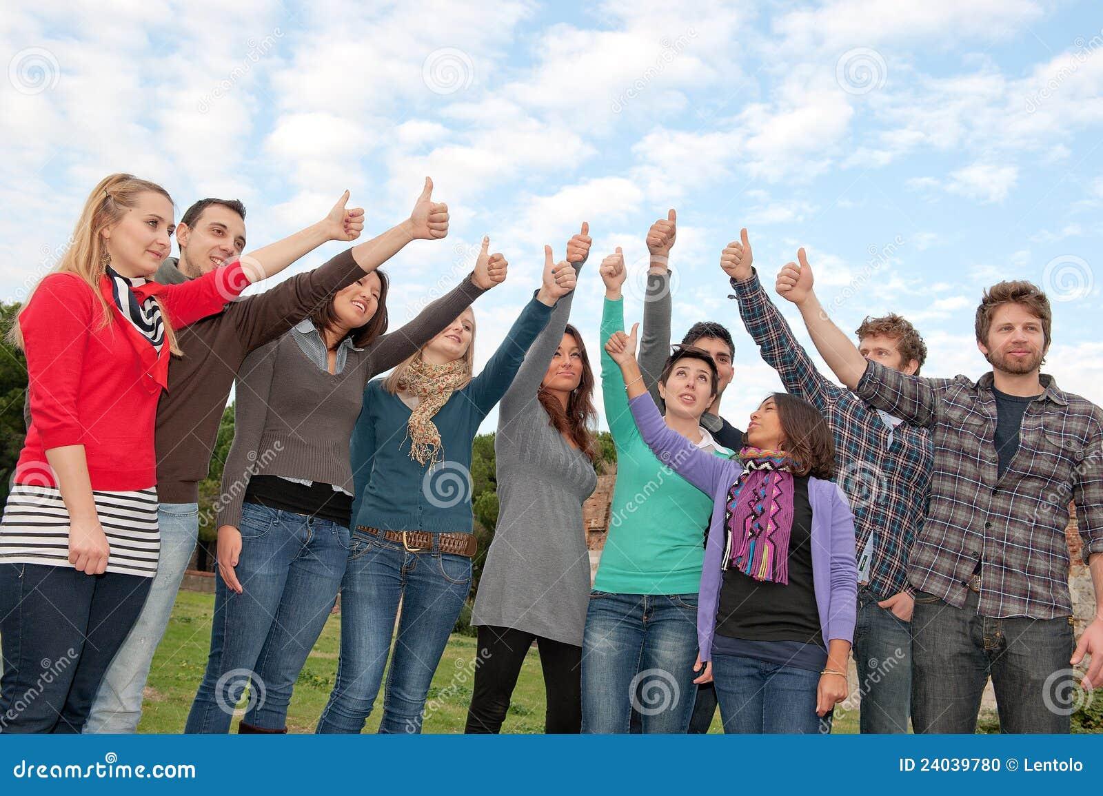 Multiethnische Gruppen-Daumen oben