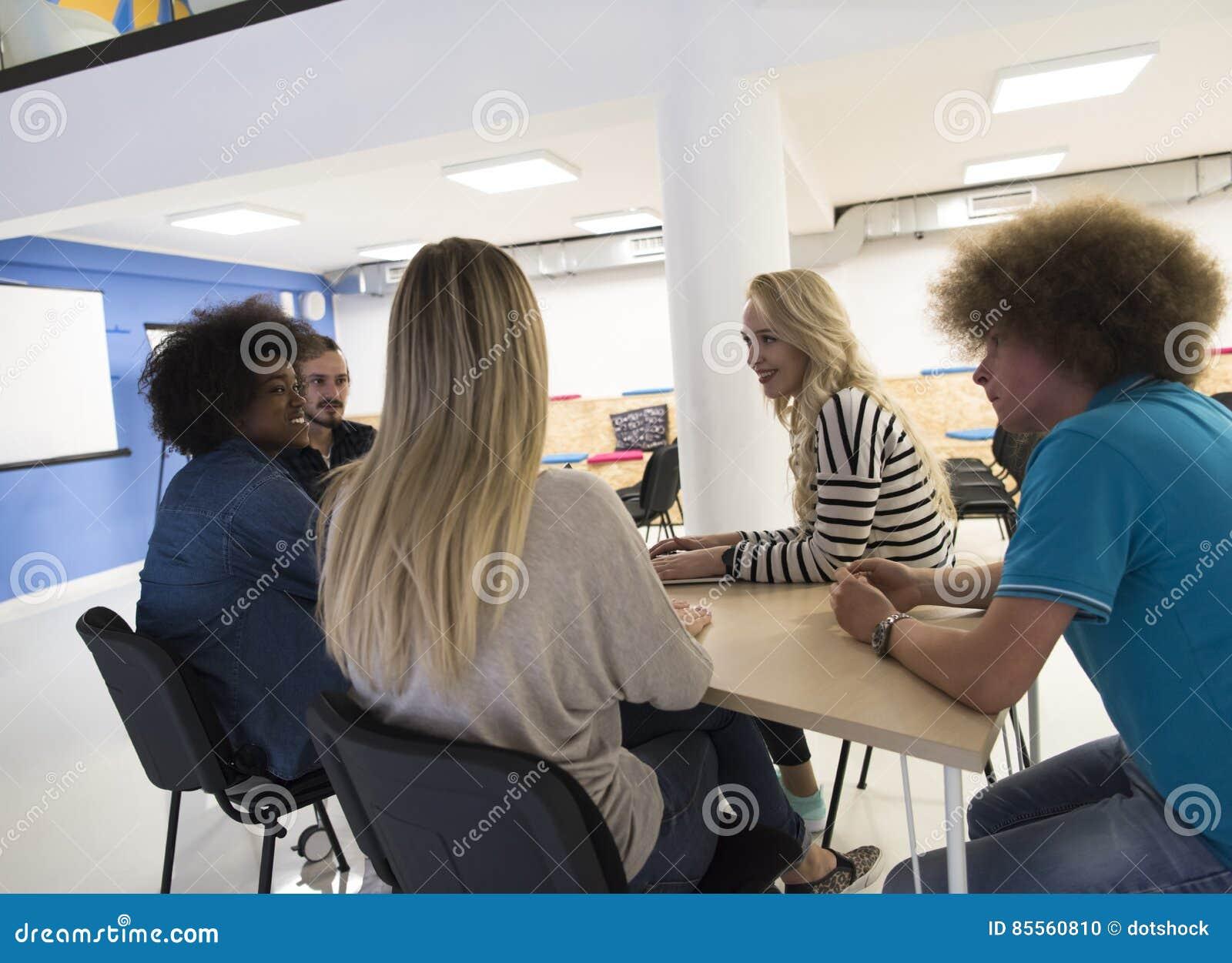Multiethnisches Startgeschäftsteam auf Sitzung
