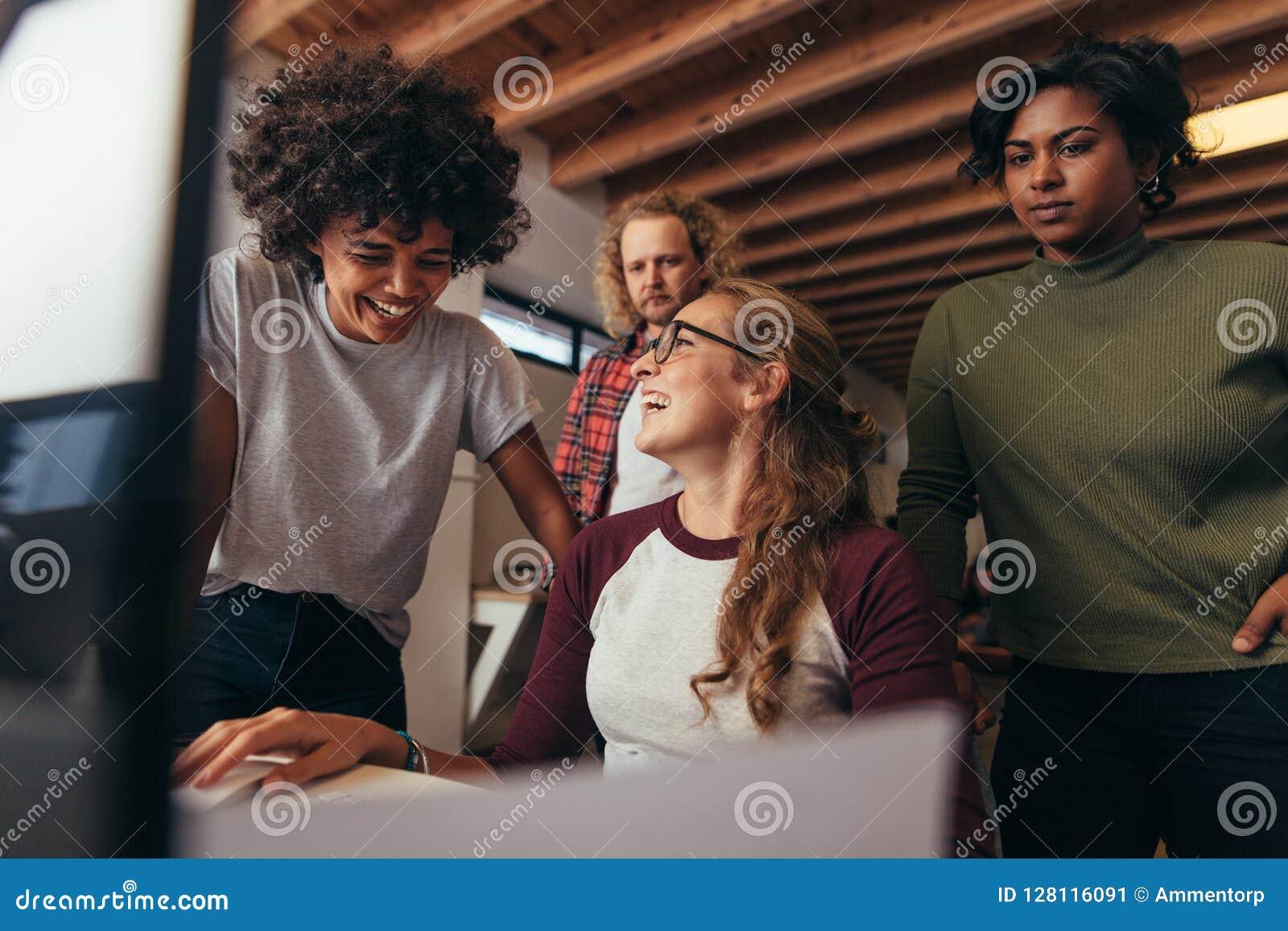 Multiethnisches Startgeschäftsteam, das zusammenarbeitet