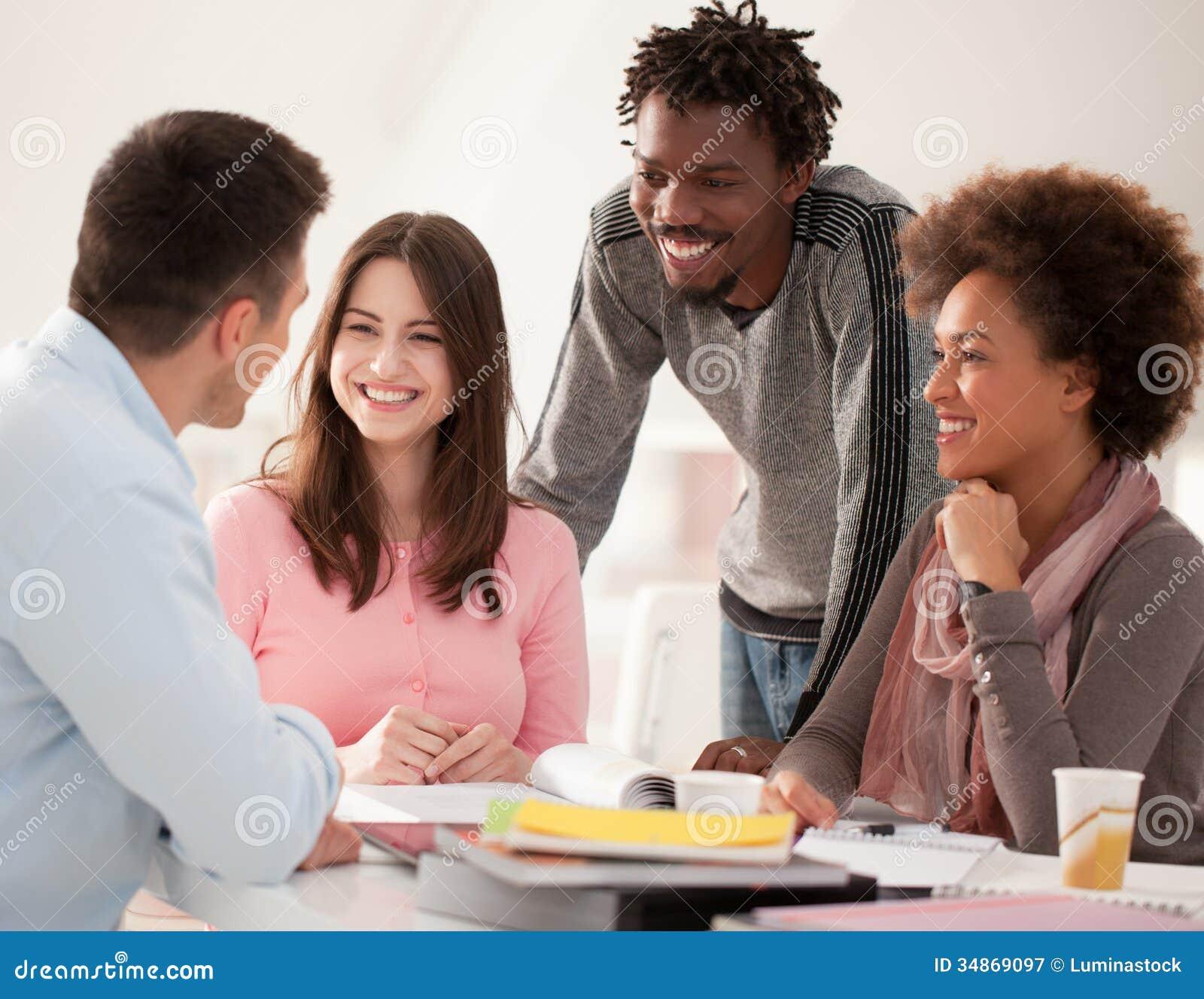 Multietnisk grupp av högskolestudenter som tillsammans studerar