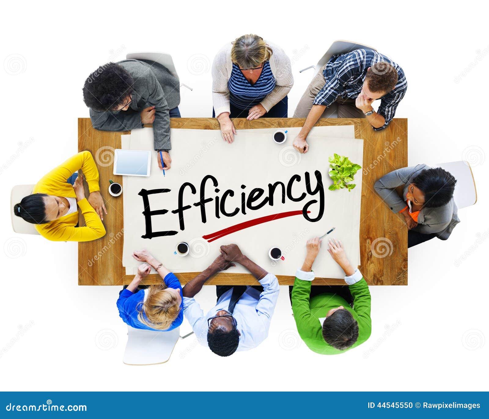 Multietnisk grupp människor som diskuterar om effektivitet