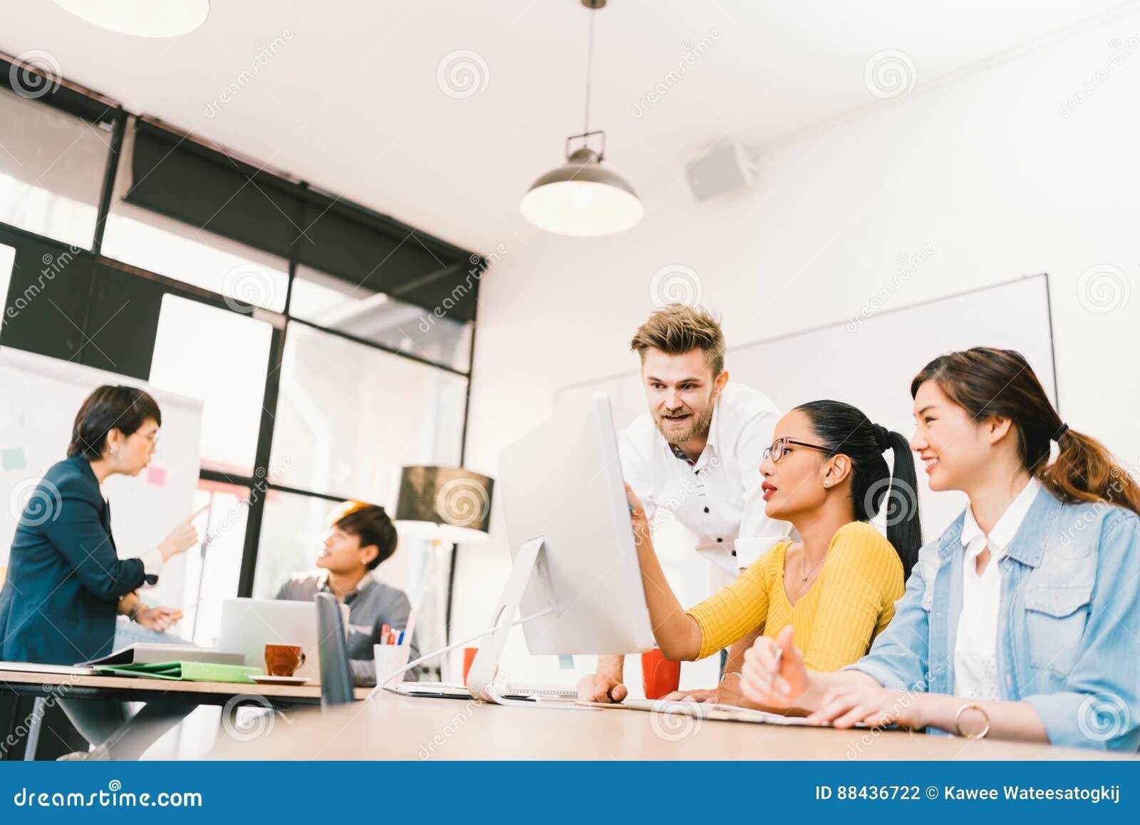 Multietnisk olik grupp människor på arbete Idérikt lag, tillfällig affärscoworker eller högskolestudenter i kläckning av ideermöt
