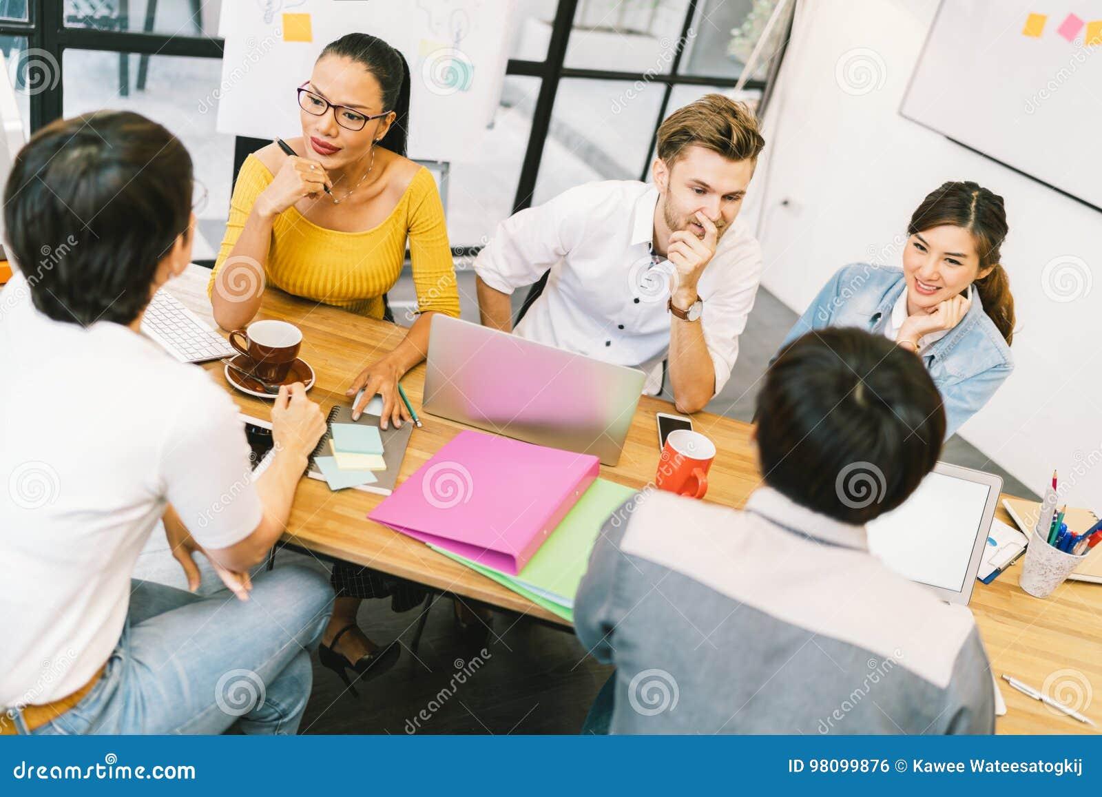 Multietnisk olik grupp människor på arbete Idérikt lag, tillfällig affärscoworker eller högskolestudenter i projektmöte