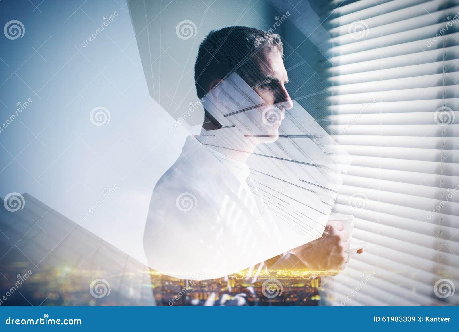 Multiexposure del hombre de negocios y de la ciudad jovenes de la noche