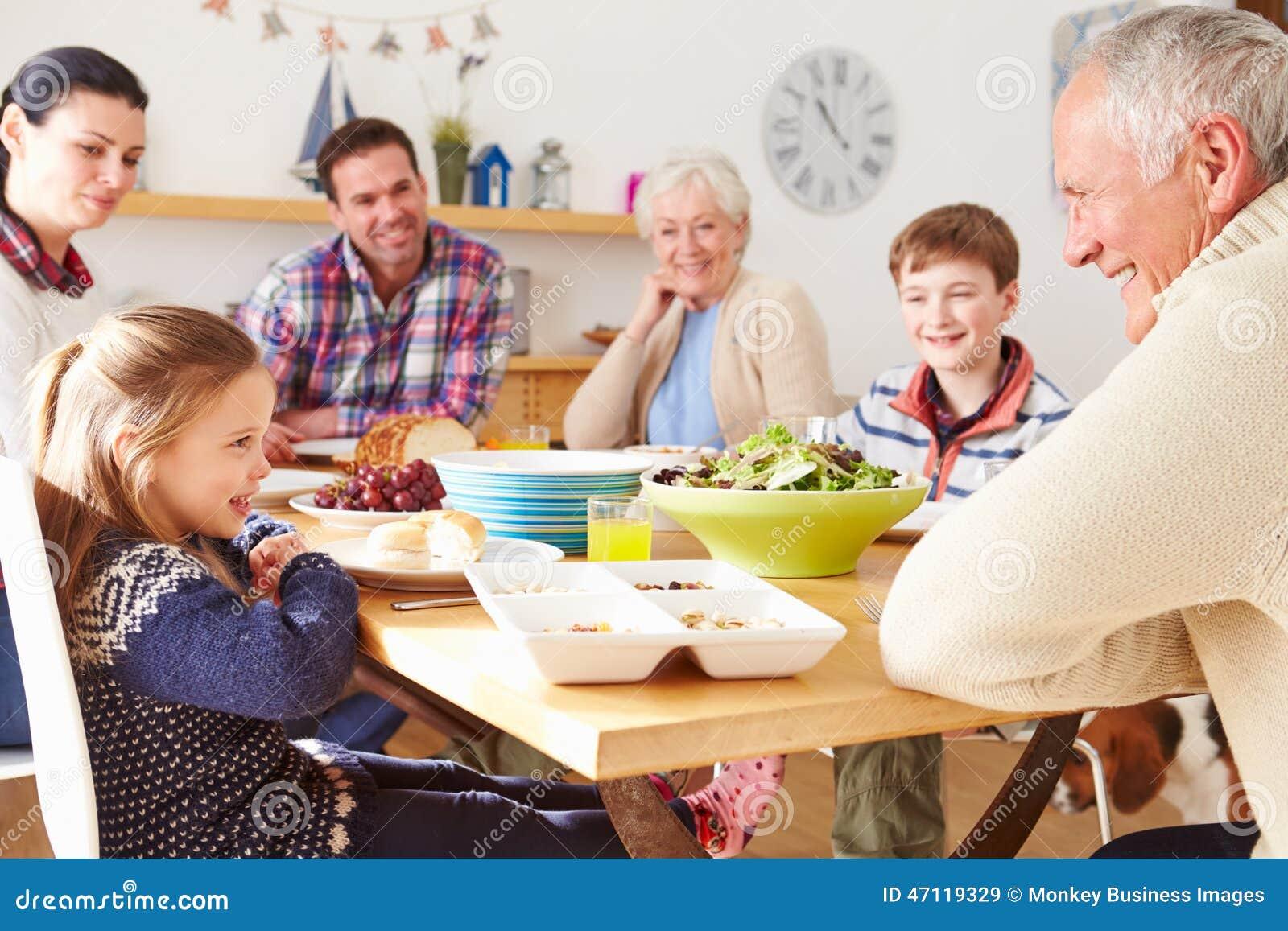 Multigeneratiefamilie die Lunch eten bij Keukenlijst