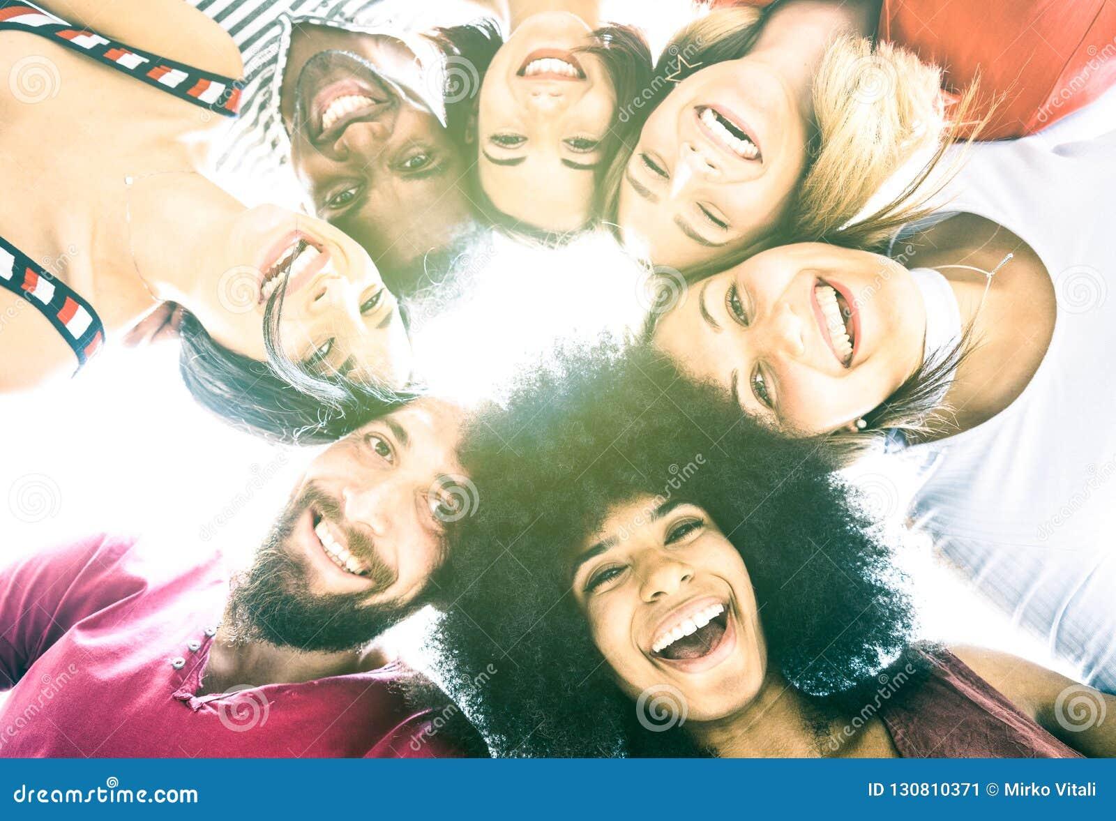 Multikulturelle beste Freunde millenials, die selfie mit der igting Rückseite nehmen