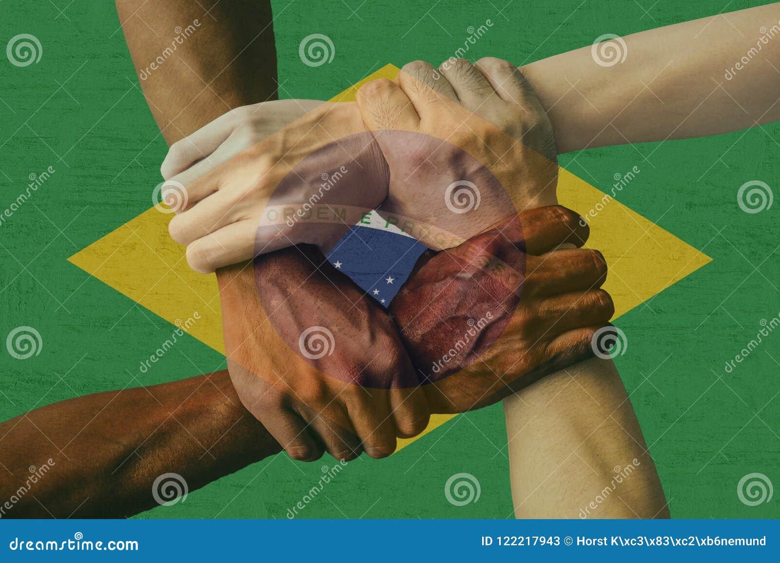 Multikulturelle Gruppe Brasilien-Flagge Integrationsverschiedenartigkeit der jungen Leute