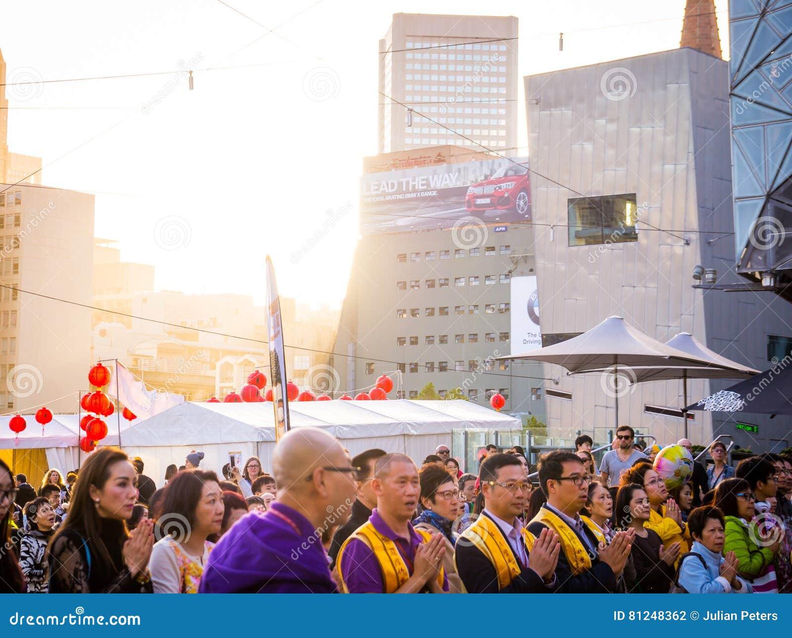 Multikulturelle Menge, die in Melbourne betet