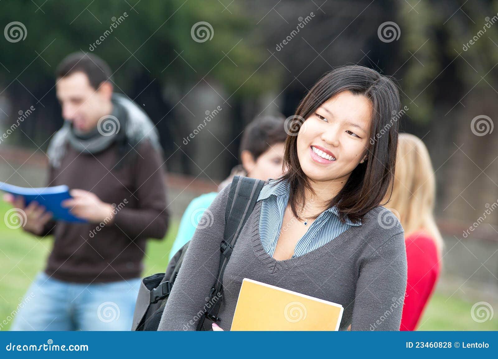 Multikulturelle Studenten am Park