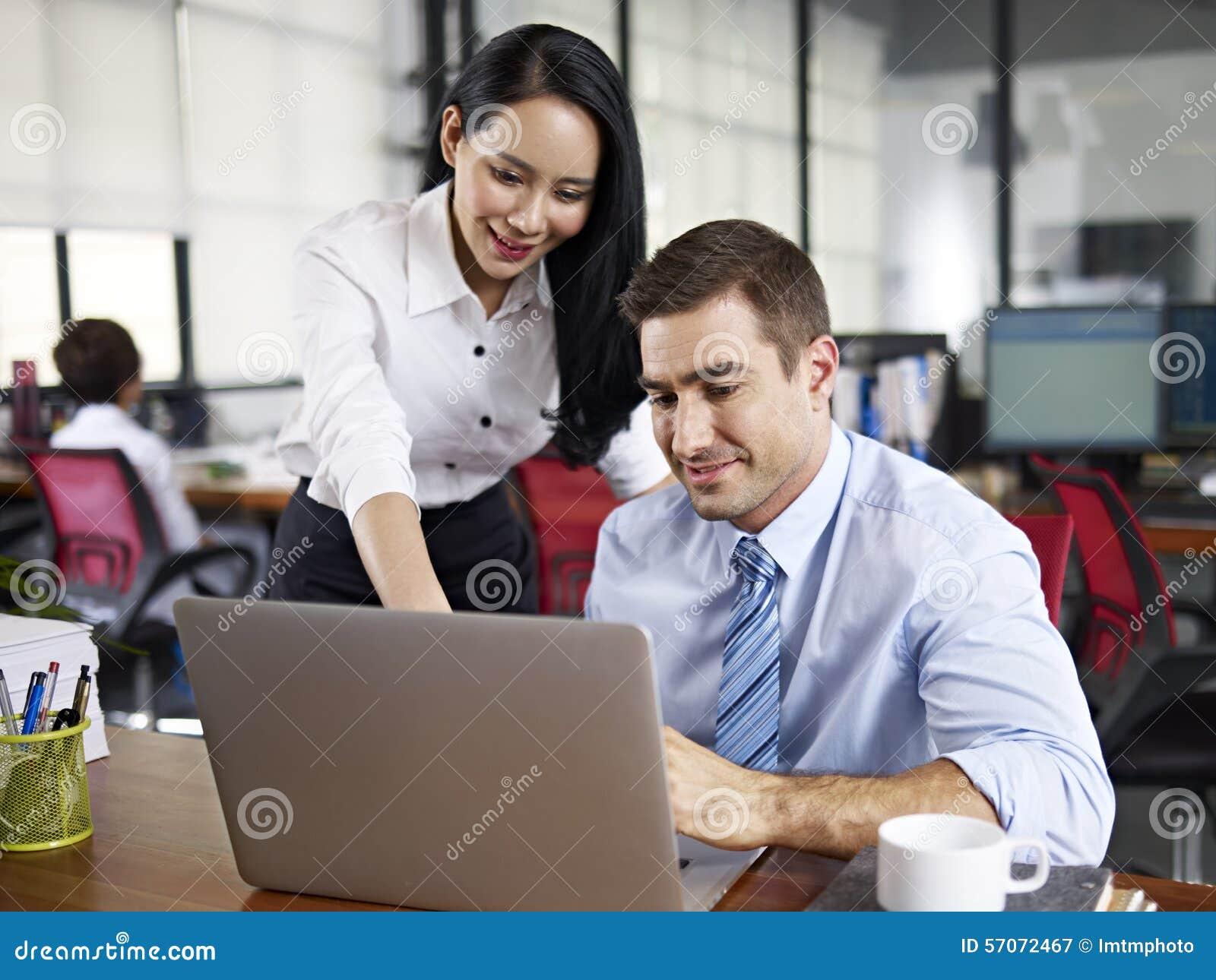 Multinationale bedrijfsmensen die in bureau samenwerken