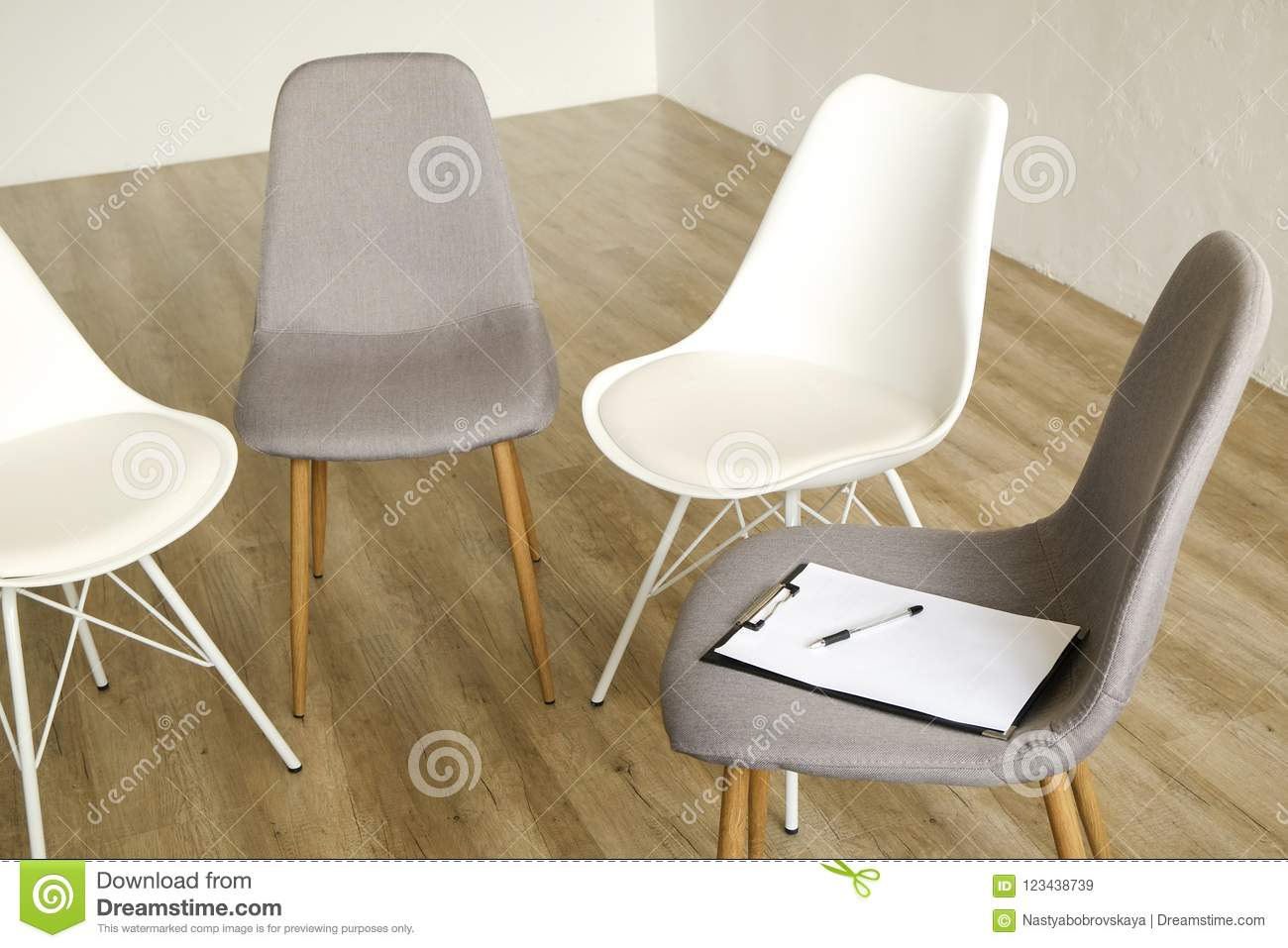 Exceptionnel Multiple Loft Style Empty Chairs Standing In Row On Wooden Floor, Counselor`s  Seat Clipboard U0026 Pen For Notes. Group Therapy Counseling For Addicts ...