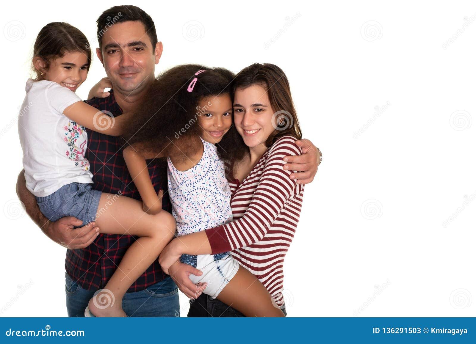 Multiracial семья, испанский отец с его 3 дочерьми смешанной гонки