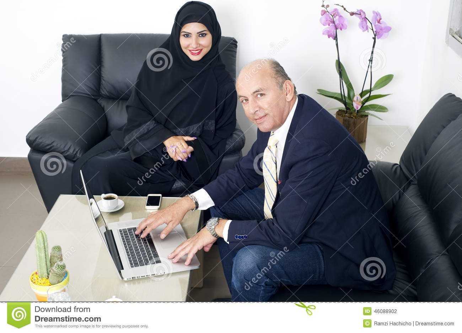 spotyka się ze starszym irańskim mężczyzną