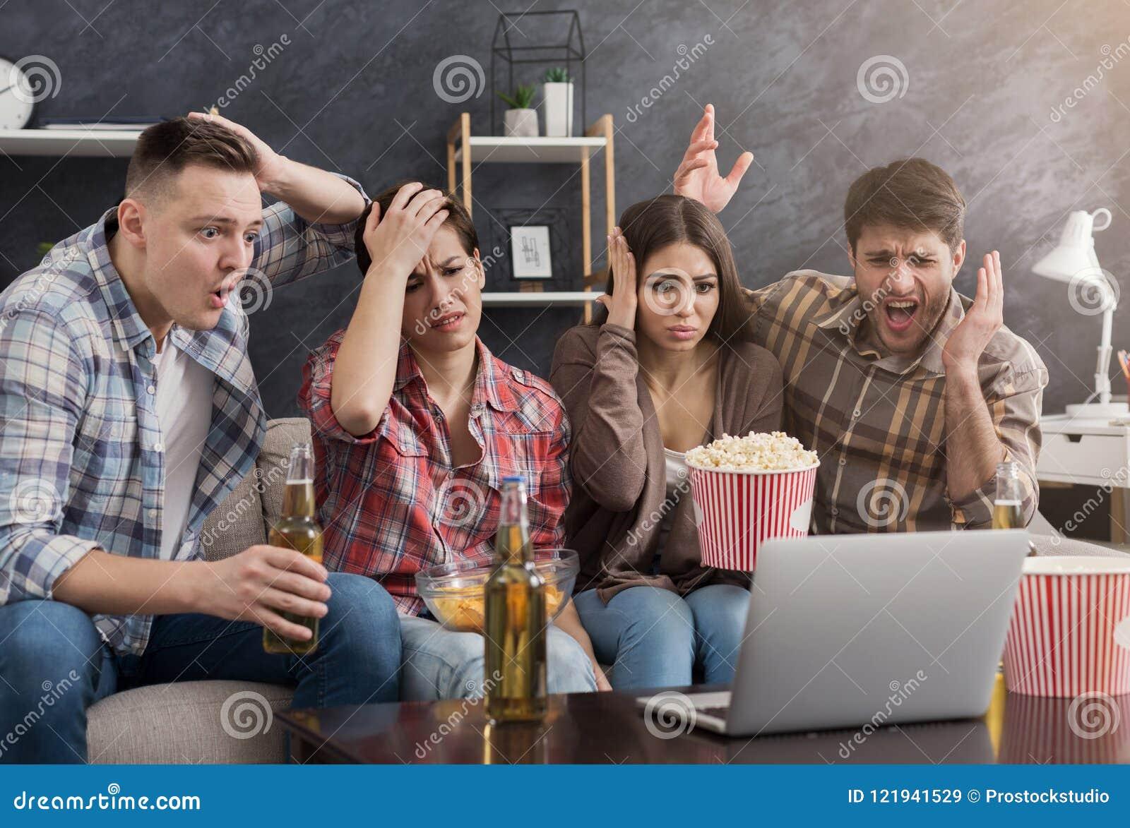 Multiracial grupa wzburzeni przyjaciele ogląda film