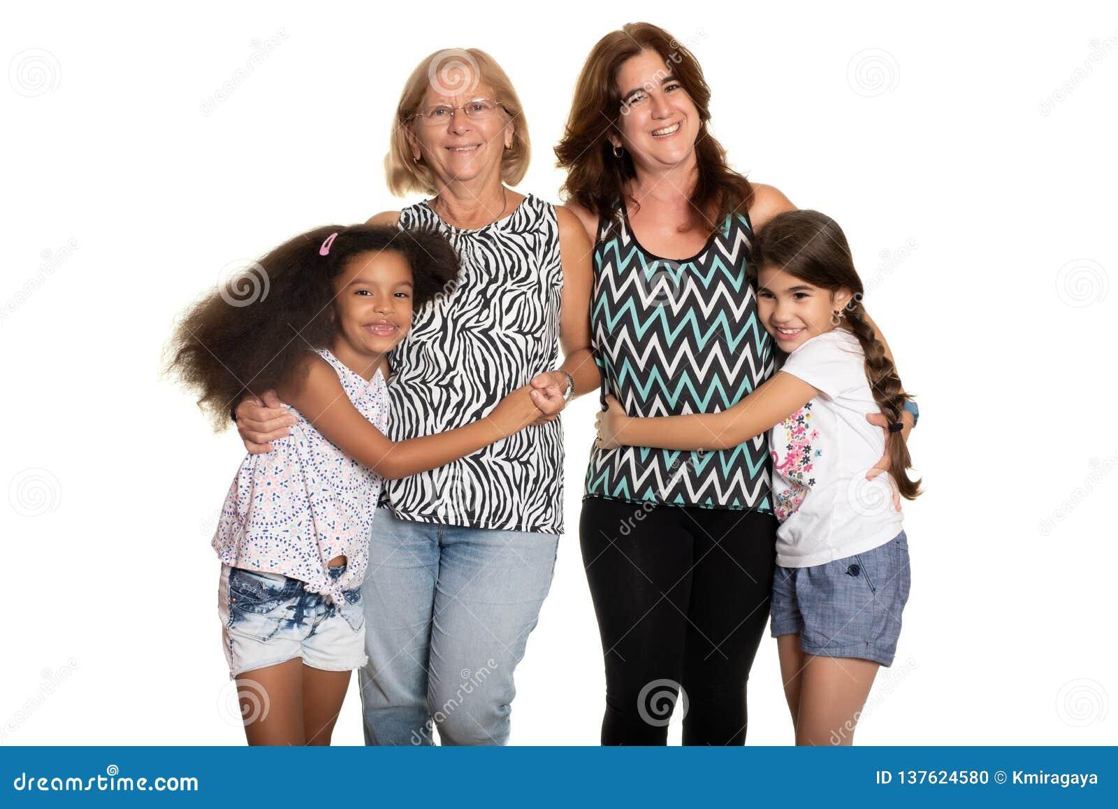 Multiracial rodzina - mama i babcia ściska ich mieszanych ścigających się dzieci