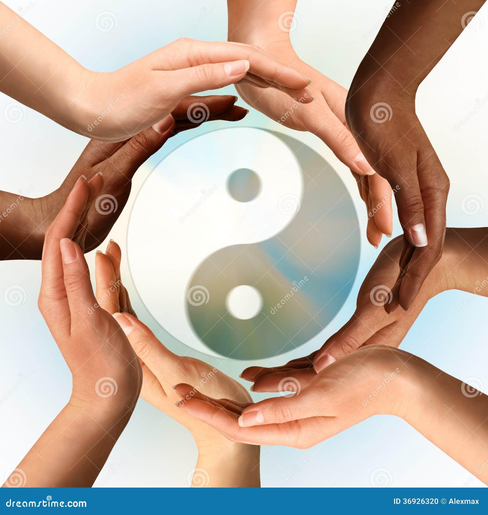 Multiraciale Handen die Yin Yang-symbool omringen