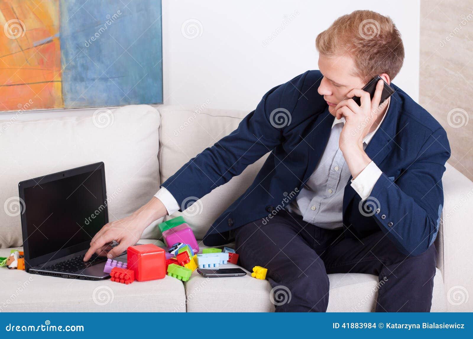 Multitasking mężczyzna