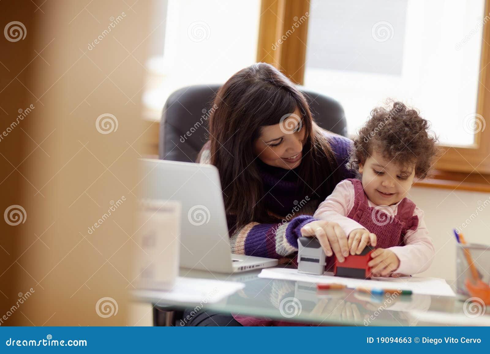 Multitasking moeder met haar dochter