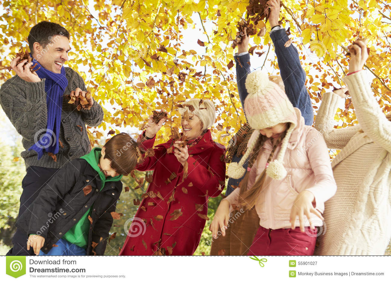 Multl utvecklingsfamilj som kastar sidor i Autumn Garden