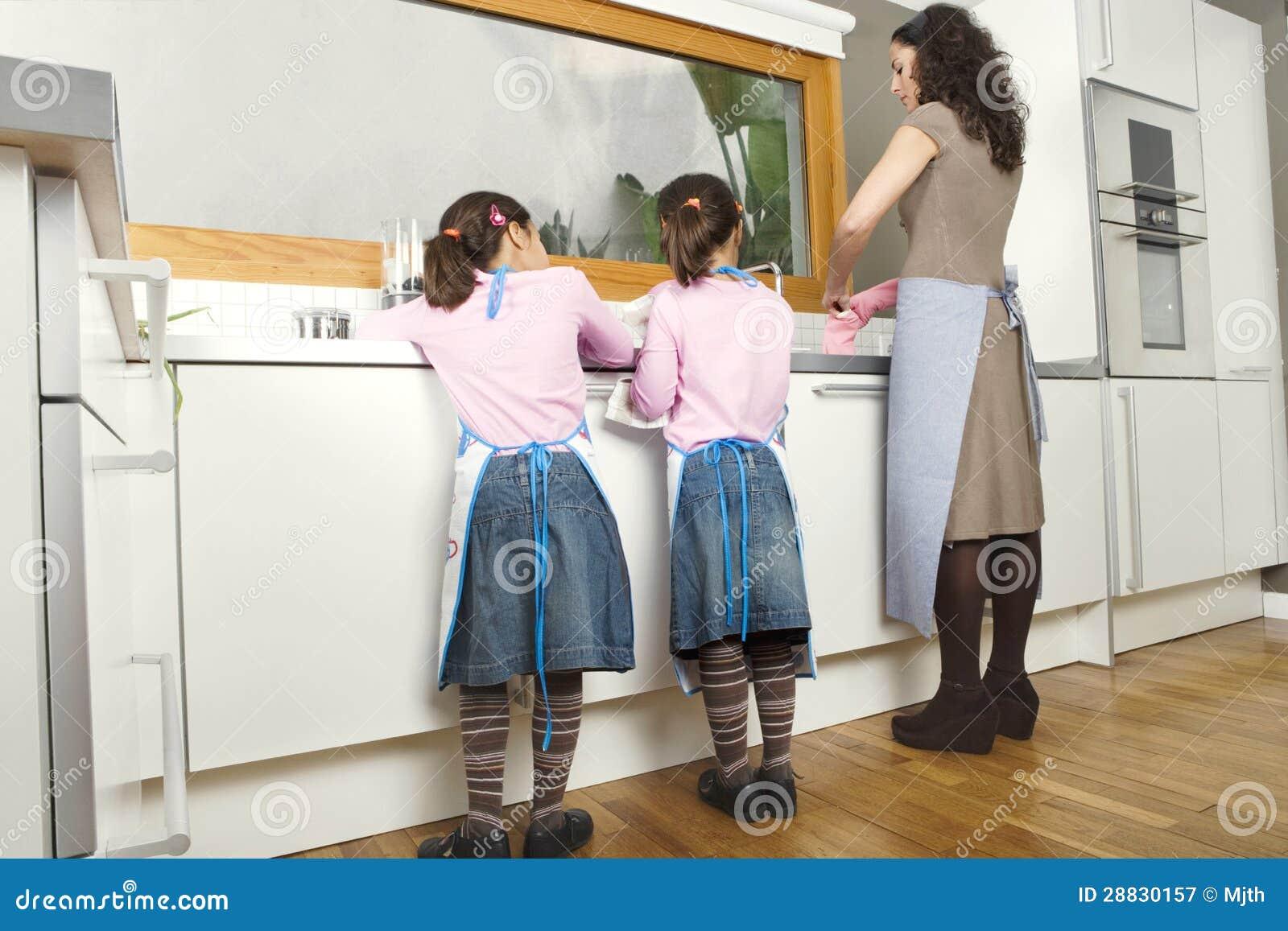 Mum en Dochters die omhoog in Keuken wassen