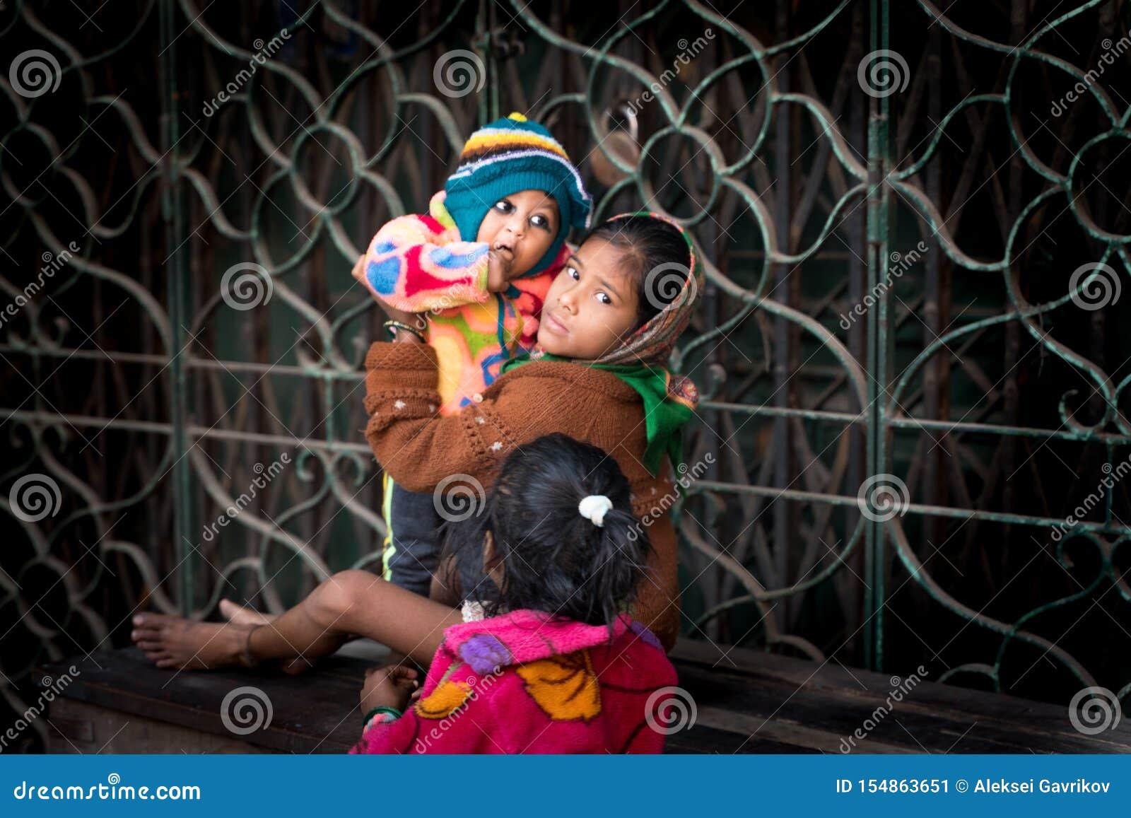 Mumbai-16 01 2019: Το ινδικό κορίτσι babysit με την αδελφή της