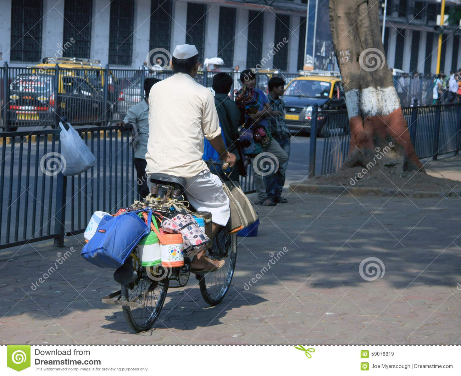 Mumbai/Indien - 24/11/14 - Dabbawala, Das Heraus Auf Ein Fahrrad An ...
