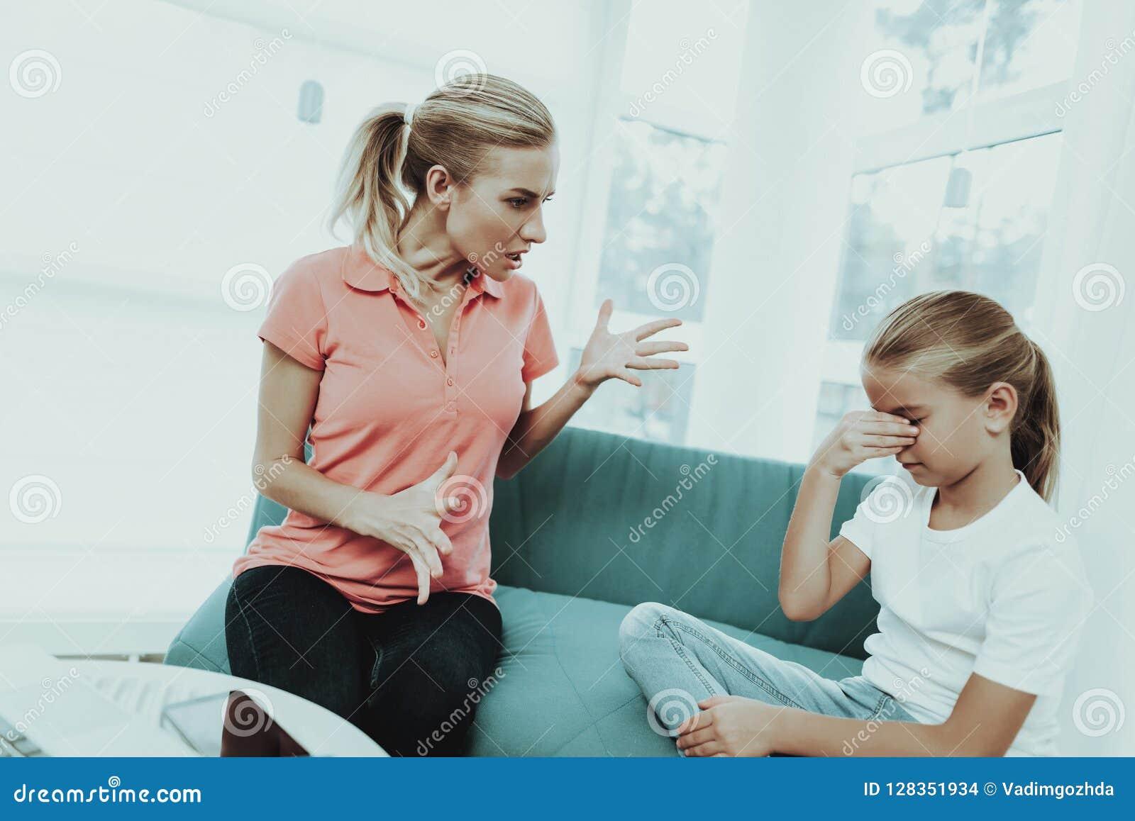 Mumschreeuwen op een Dochter Het Concept van de familieruzie
