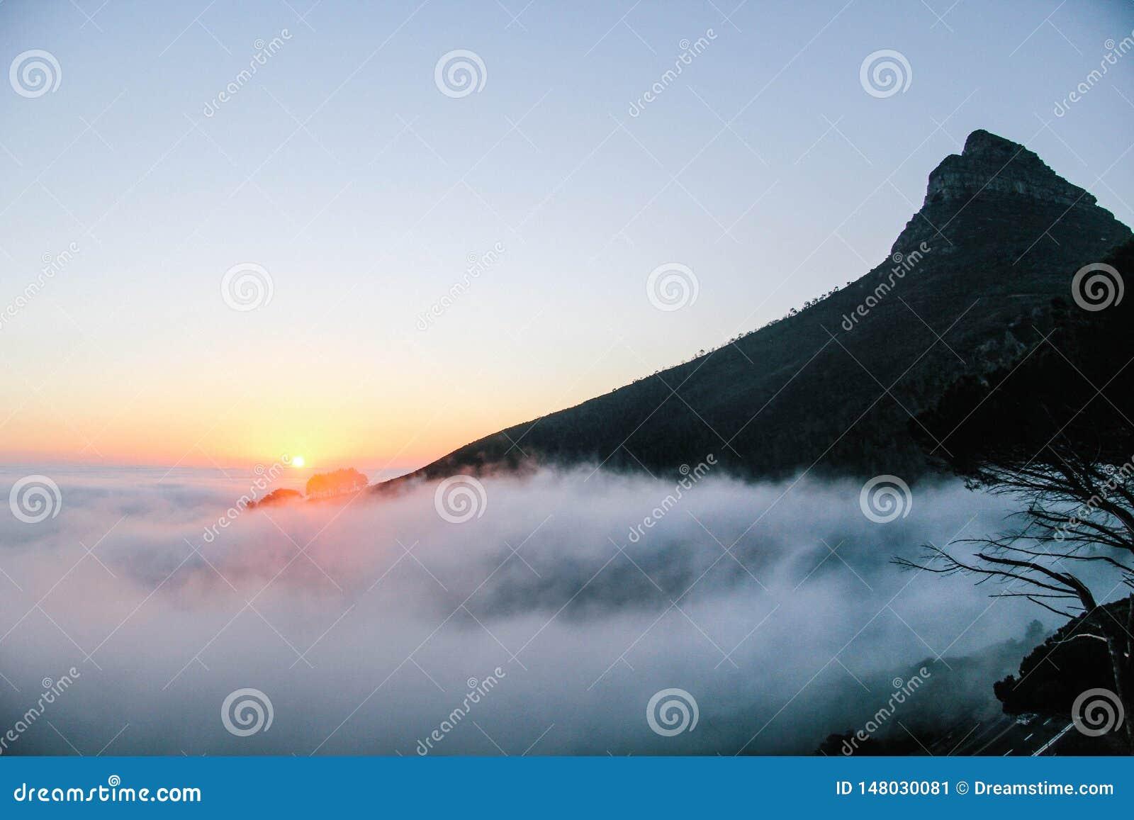 Mundo da fantasia do gelo do monte do nascer do sol