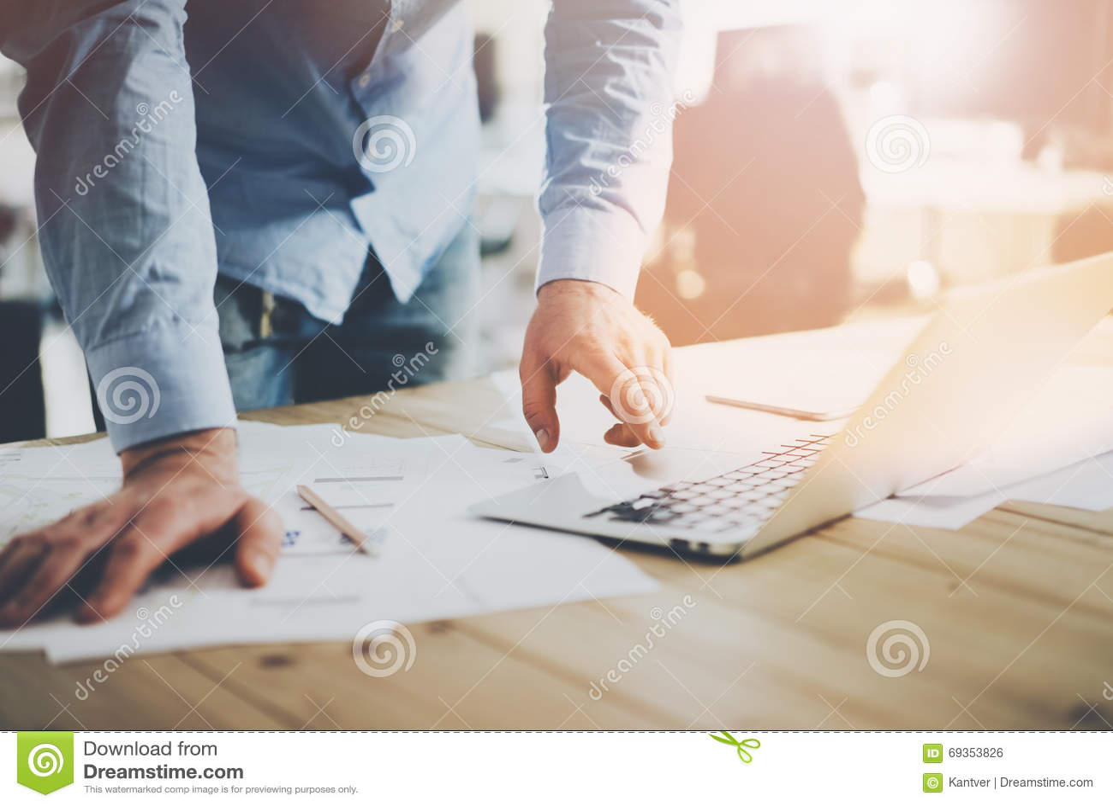 Mundo de la oficina Hombre de negocios que trabaja en la tabla de madera con nuevo proyecto del negocio en lugar coworking modern